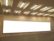 Panneau d'affichage vide dans la station de métro de ville Photos libres de droits