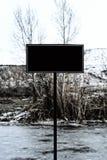 Panneau d'affichage vide par la rivière congelée Image libre de droits