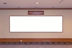 Panneau d'affichage vide pour des annonces sur le bâtiment de mur Image libre de droits