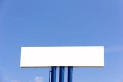 Panneau d'affichage vide pour la nouvelle publicité contre le ciel bleu Photographie stock libre de droits