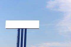 Panneau d'affichage vide pour la nouvelle publicité contre le ciel bleu Photo libre de droits