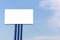 Panneau d'affichage vide pour la nouvelle publicité contre le ciel bleu Photos stock