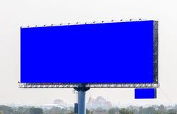 Panneau d'affichage vide prêt pour la nouvelle publicité avec le backg de vue de ville Image libre de droits