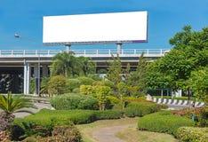 Panneau d'affichage vide prêt pour la nouvelle publicité avec le jardin Photo stock