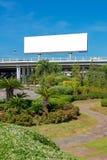 Panneau d'affichage vide prêt pour la nouvelle publicité avec le jardin Image libre de droits
