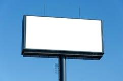 Panneau d'affichage vide prêt pour la nouvelle publicité et le ciel bleu Images stock
