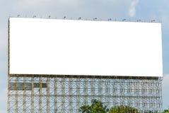 Panneau d'affichage vide prêt pour la nouvelle publicité et le ciel bleu Photo libre de droits