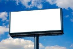 Panneau d'affichage vide prêt pour la nouvelle publicité et le ciel bleu Photographie stock