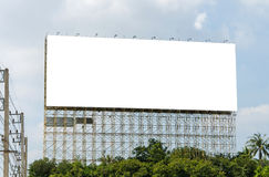 Panneau d'affichage vide prêt pour la nouvelle publicité et le ciel bleu Image stock