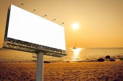 Panneau d'affichage vide prêt pour la nouvelle publicité sur la plage avec le su Image stock