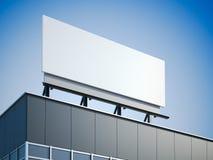 Panneau d'affichage vide se tenant sur l'immeuble de bureaux moderne Photographie stock libre de droits