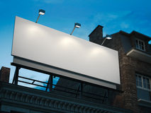 Panneau d'affichage vide se tenant sur le bâtiment classique pendant la nuit Images stock