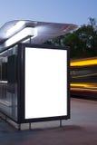 Panneau d'affichage vide sur l'arrêt d'autobus image libre de droits
