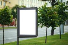 Panneau d'affichage vide sur la rue de ville Photo libre de droits