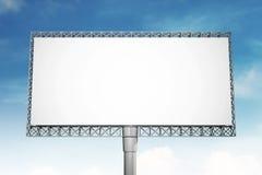 Panneau d'affichage vide sur le fond de ciel bleu pour la publicité Photo libre de droits