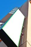 Panneau d'affichage vide sur un bâtiment résidentiel Photographie stock libre de droits