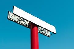 Panneau d'affichage vide sur un poteau contre le ciel bleu Image libre de droits