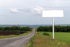 Panneau d'affichage vide vide sur le bord de la route avec le copyspace Photo libre de droits