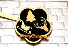 Panneau d'ardoise et composition en Noël avec les figures en bois sur le mur de briques blanc de fond Vacances et concept de célé image stock