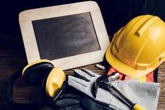 Panneau d'ardoise, vêtements de protection et outil de bricolage Photo stock