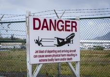 Panneau d'avertissement à l'aéroport sur l'île de St Martin près de la plage de Moho Image stock