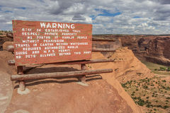 Panneau d'avertissement à la traînée blanche de maison en Canyon de Chelly photo libre de droits