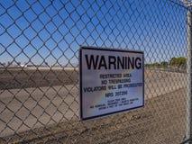 Panneau d'avertissement à une barrière à l'aéroport international de McCarran - LAS VEGAS - NEVADA - 12 octobre 2017 Image libre de droits