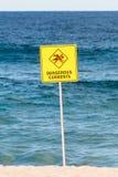 Panneau d'avertissement actuel dangereux, aucune natation en mer Photo stock