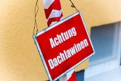 Panneau d'avertissement, avalanches d'avertissement de toit photographie stock