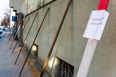Panneau d'avertissement, avalanches d'avertissement de toit photographie stock libre de droits