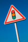Panneau d'avertissement avec une photo des feux de signalisation Photos libres de droits
