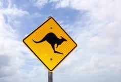 Panneau d'avertissement de kangourou contre un ciel bleu et nuageux, Australie Image libre de droits