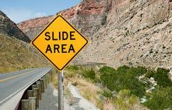 Panneau d'avertissement de région de glissière de roche photographie stock libre de droits