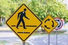Panneau d'avertissement de route avec le ciel avec le symbole de marche de l'homme Photos stock
