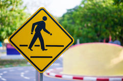 Panneau d'avertissement de route avec le ciel avec le symbole de marche de l'homme Images libres de droits