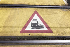 Panneau d'avertissement de train à un croisement de chemin de fer photographie stock libre de droits
