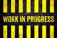 Panneau d'avertissement de travail en cours avec les rayures jaunes et noires peintes au-dessus du fond brut criqué de texture de illustration stock
