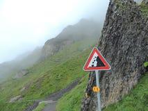 Panneau d'avertissement en baisse de roches Image stock