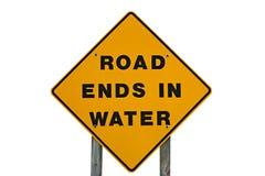 Panneau d'avertissement jaune extrémités de cette route d'états dans l'eau Photos libres de droits