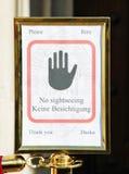 Panneau d'avertissement pendant une masse dans une église Photographie stock libre de droits
