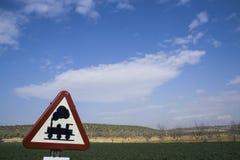Panneau d'avertissement porté du passage à niveau sans barrières photos libres de droits