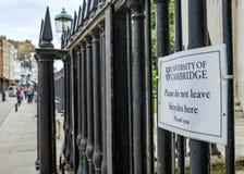 Panneau d'avertissement pour des cyclistes, vu attaché au fer travaillé la clôture vue une ville anglaise d'université images stock
