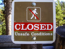 Panneau d'avertissement pour des randonneurs Photos stock