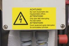 Panneau d'avertissement pour la haute tension, fabrication Image stock