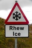 Panneau d'avertissement triangulaire de glace de flocon de neige, Rhew bilingue, Pays de Galles, l'ONU photos libres de droits