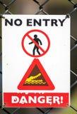 Panneau d'avertissement unique pour des crocodiles Photos libres de droits