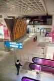 Panneau d'embarquement à l'aéroport de Charles de Gaulle. Photo stock