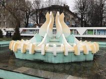 Panneau d'honneur et le ` de Lire de ` de fontaine le long de la rue de la ville soviétique de Baranovichi 17 décembre 2017 Monum Photographie stock libre de droits