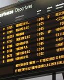 Panneau d'horaire de station avec des arrivées et des départs image libre de droits