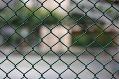 Panneau de barrière de maille sur le fond brouillé Photographie stock libre de droits